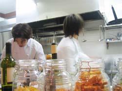 厨房で腕を振るう内藤さんと大貫シェフ