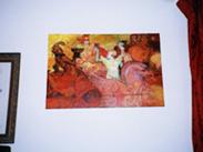 2階の小部屋に飾られた絵画